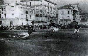 Napoli - Il campo dell'Orto botanico di Napoli nel 1945. Nell'immediato dopoguerra si cercano spazi di fortuna per lo sport (immagine tratta dal libro 'Lo sport' di Guido Panico)